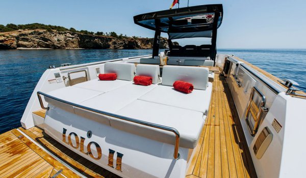 How to upgrade your sailing experience in Ibiza: extra on-board services